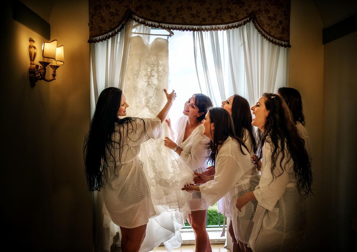 Hochzeitsvorbereitung mit Braut und die Brautjungfern