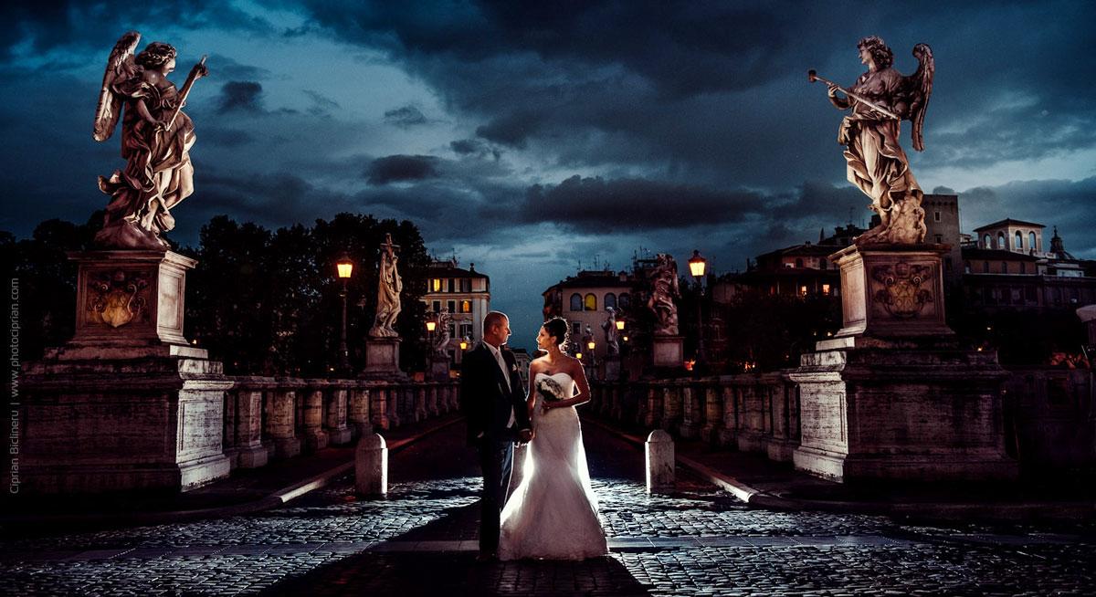 Zauberhaft Brautpaar Fotos mit wunderschöne Brautpaar am Die Sant´Angelo Brücke in Rom
