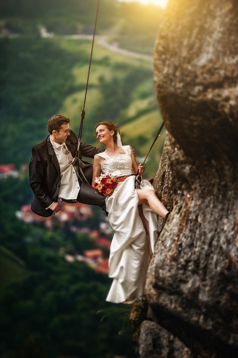 Ein echte Trash the Dress Foto mit Brautpaar klettern die Berge