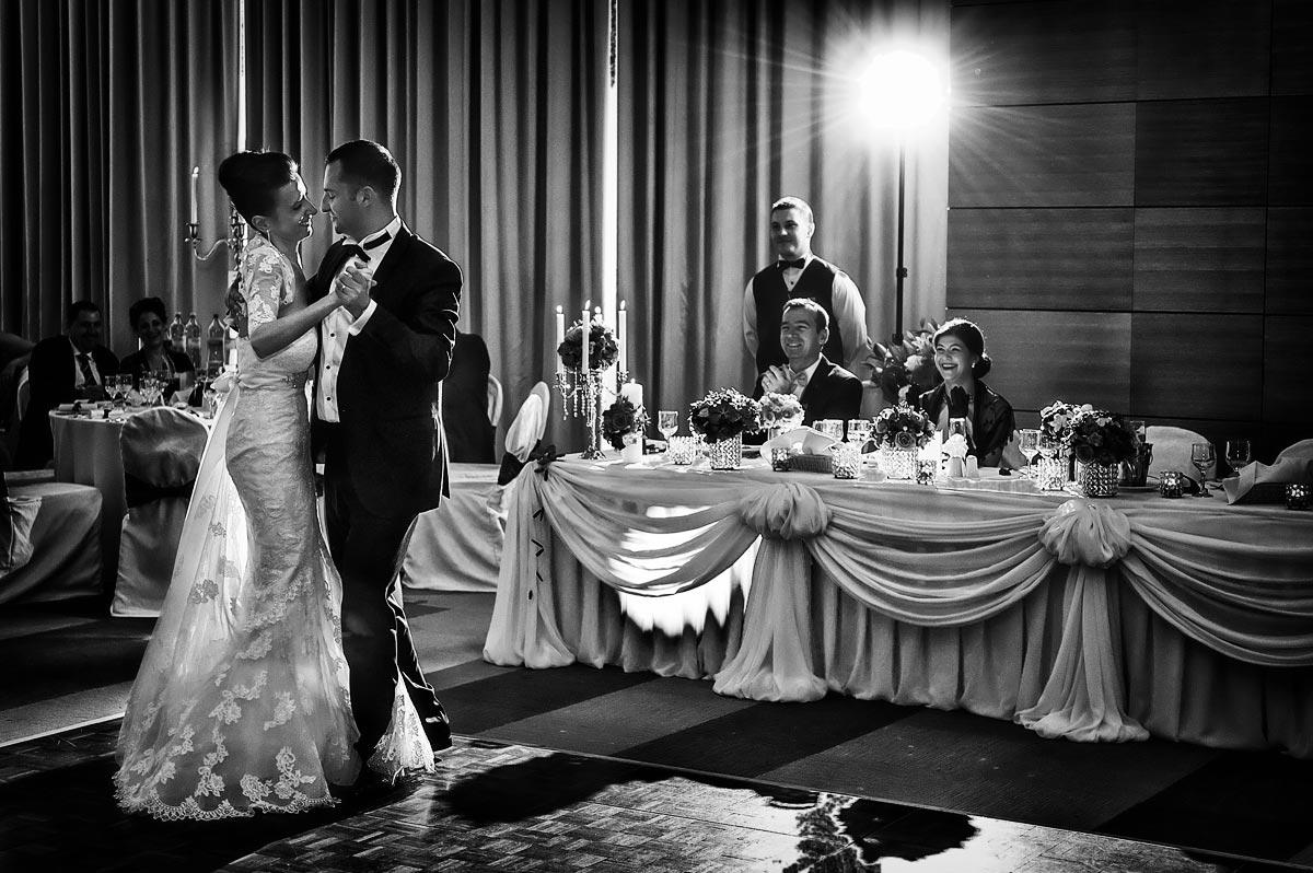 Hochzeitsfeier mit Brautpaar tanzen den ersten Tanz