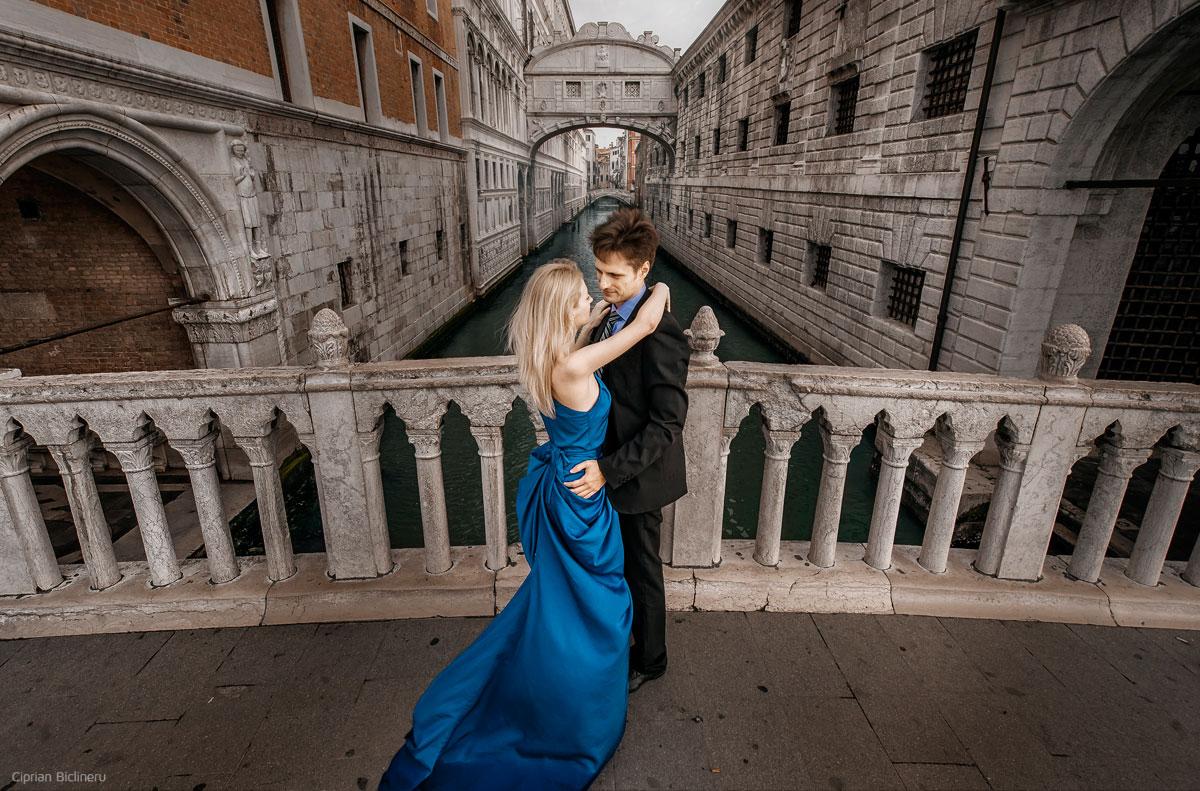 Perfekte Hochzeitsfotografie vor der Seufzerbrücke zwischen Dogenpalast und Prigioni.