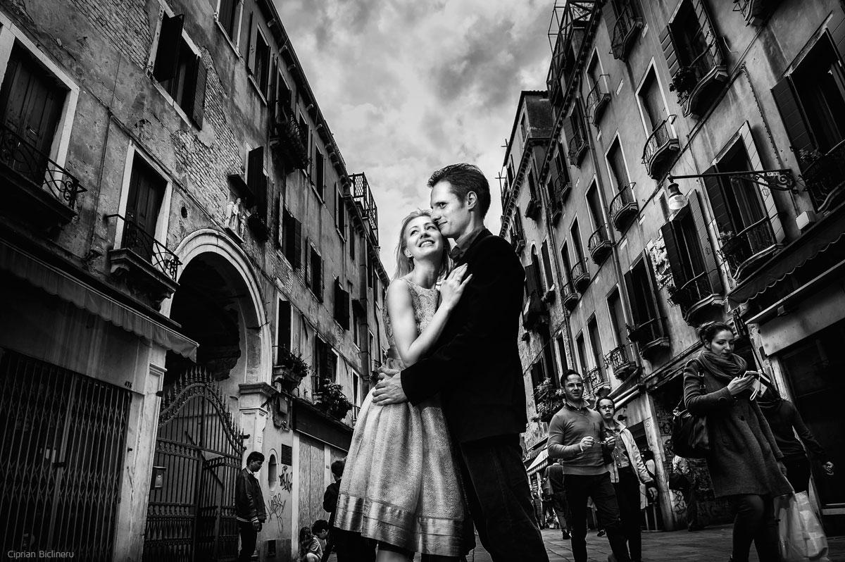 Brautpaar schwarz weiss Fotografie in Venedig