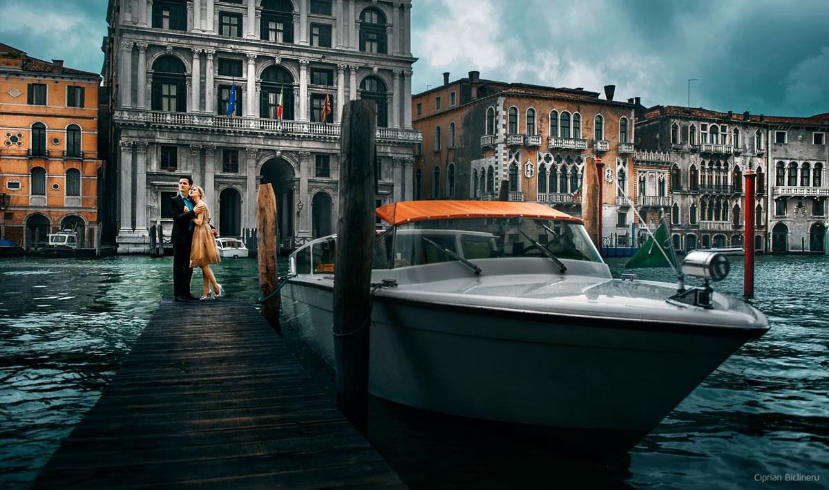 Brautpaar in Venedig neben ein Schiff