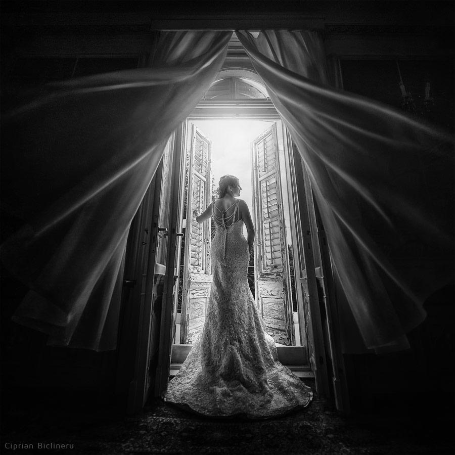 Wunderbare Braut am Fenster