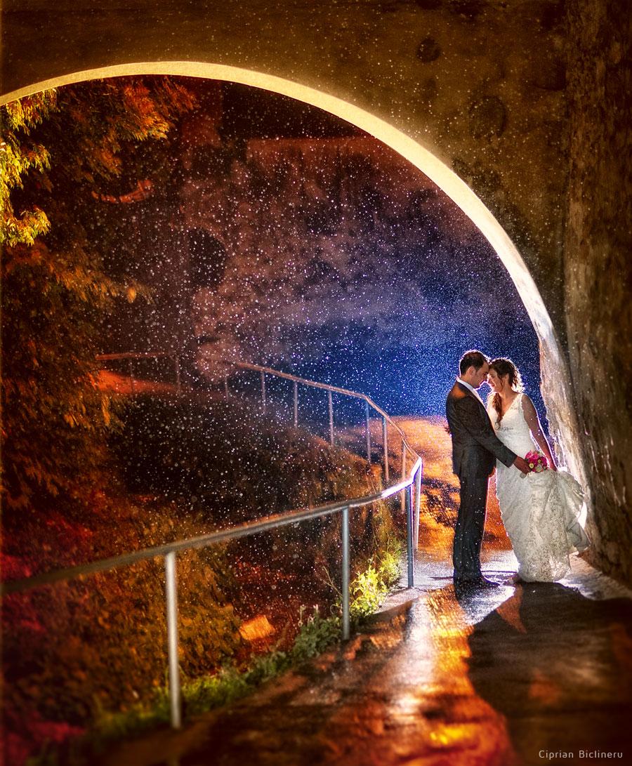Hochzeitstag Regen mit einem Gewagten Paar der hat keine Angst nass zu werden für außergewöhnliche Hochzeitsfotos