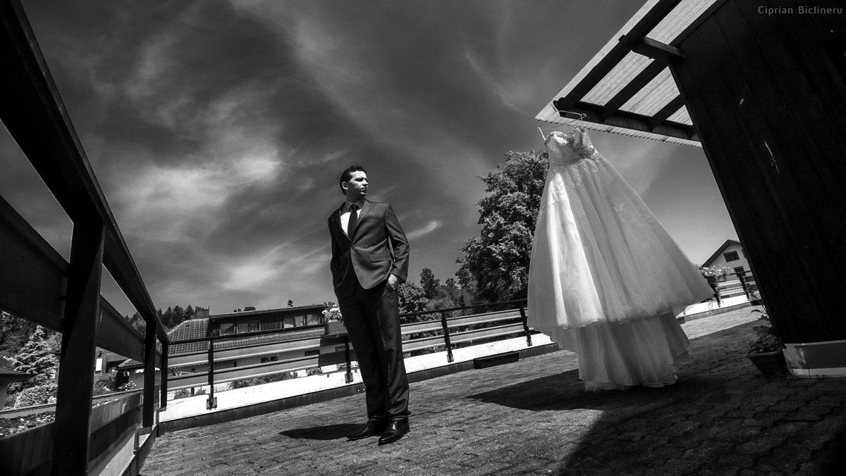 Bräutigam sieht der Hochzeitskleid bevor Braut Vorbereitung