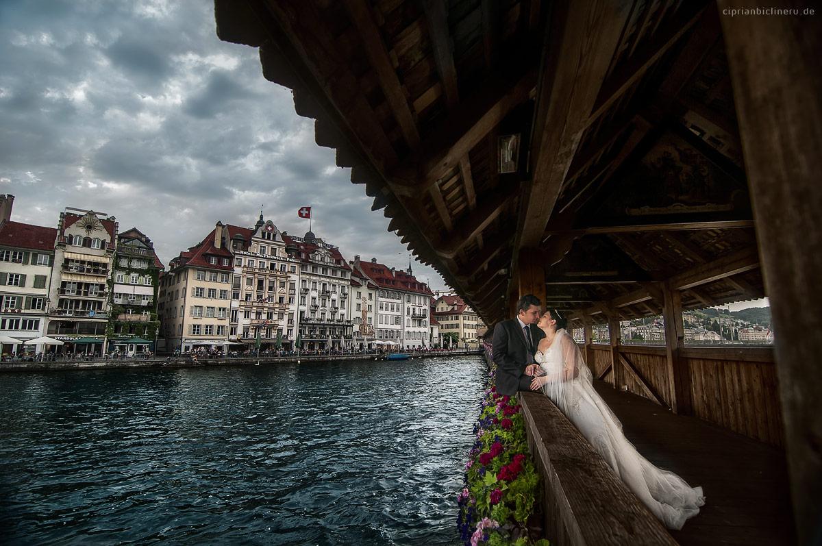 Kapellbrücke, ein tolles Platy für Brautpaarshooting in Luzern mit den richtige Hochzeitsfotograf