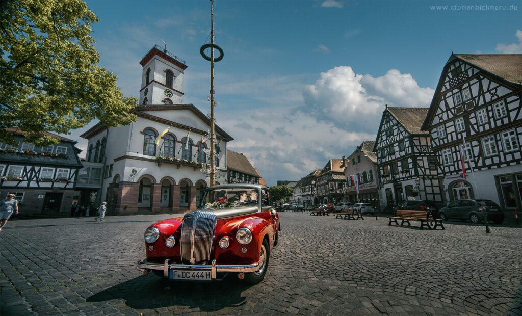 Brautpaarshooting in Oldtimer Hochzeitsauto