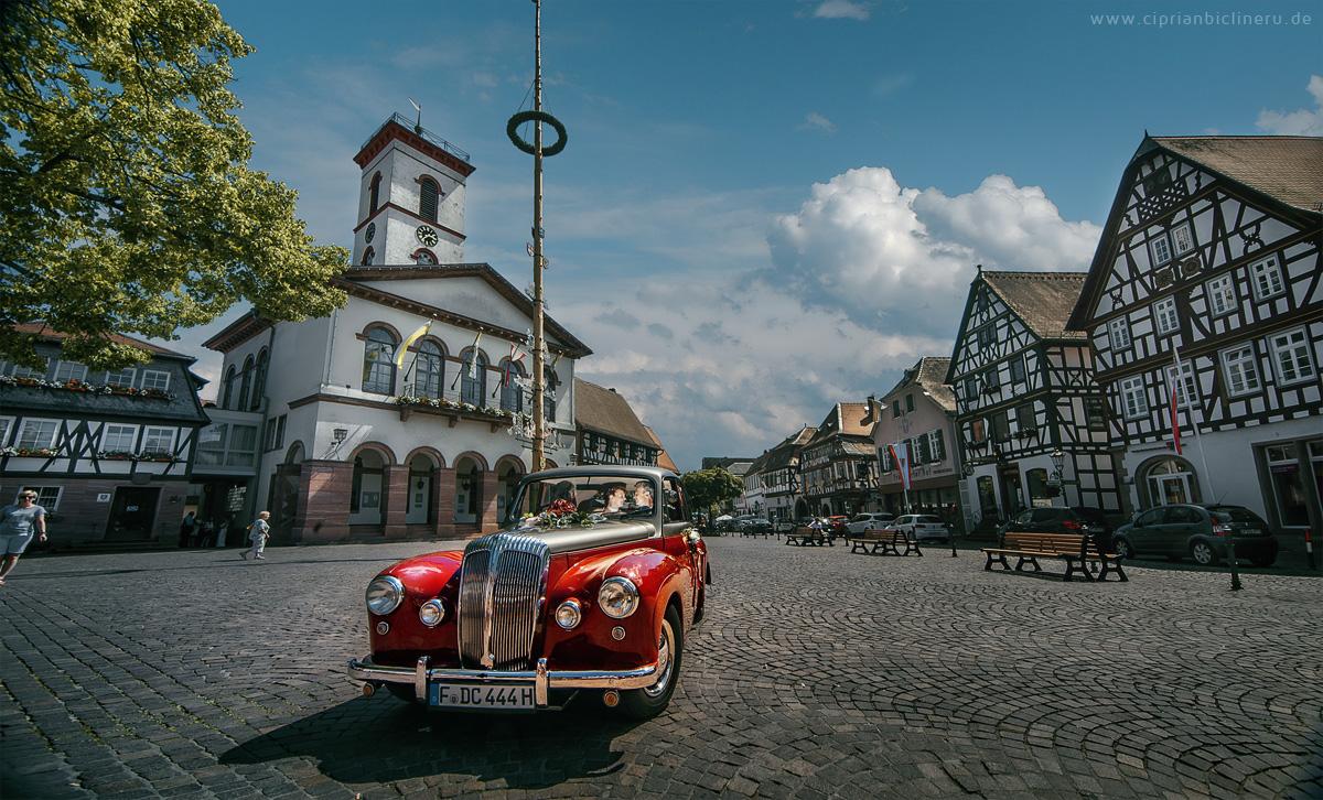 Hochzeit in Seligenstadt mit Brautpaar in Oldtimer Hochzeitsauto