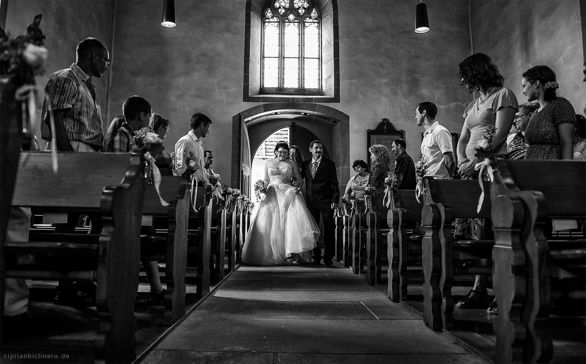 Braut mit Vater im Kirche bevor Kirliche Trauung im Luzern