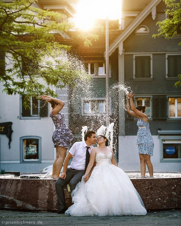 Brautpaar neben einem Brunnen im Cham, Schweiz