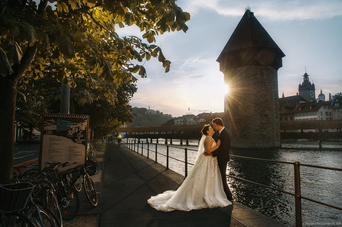 Braut und bräutigam neben Kapellbrücke und Wasserturm in Luzern, ein foto von Luzern Hochzeitsfotograf Ciprian Biclineru