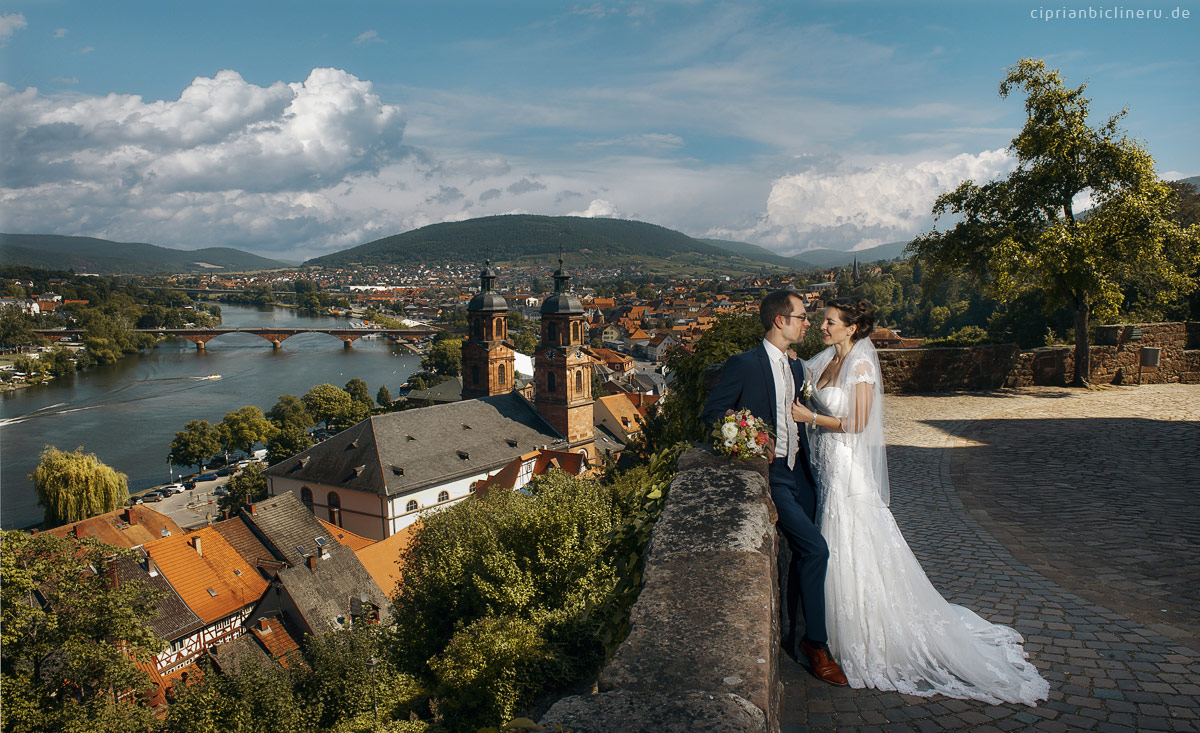 Wunderbare Aussicht aus Mildenburg mit schüne Brautpaar von Hochzeit in Miltenberg