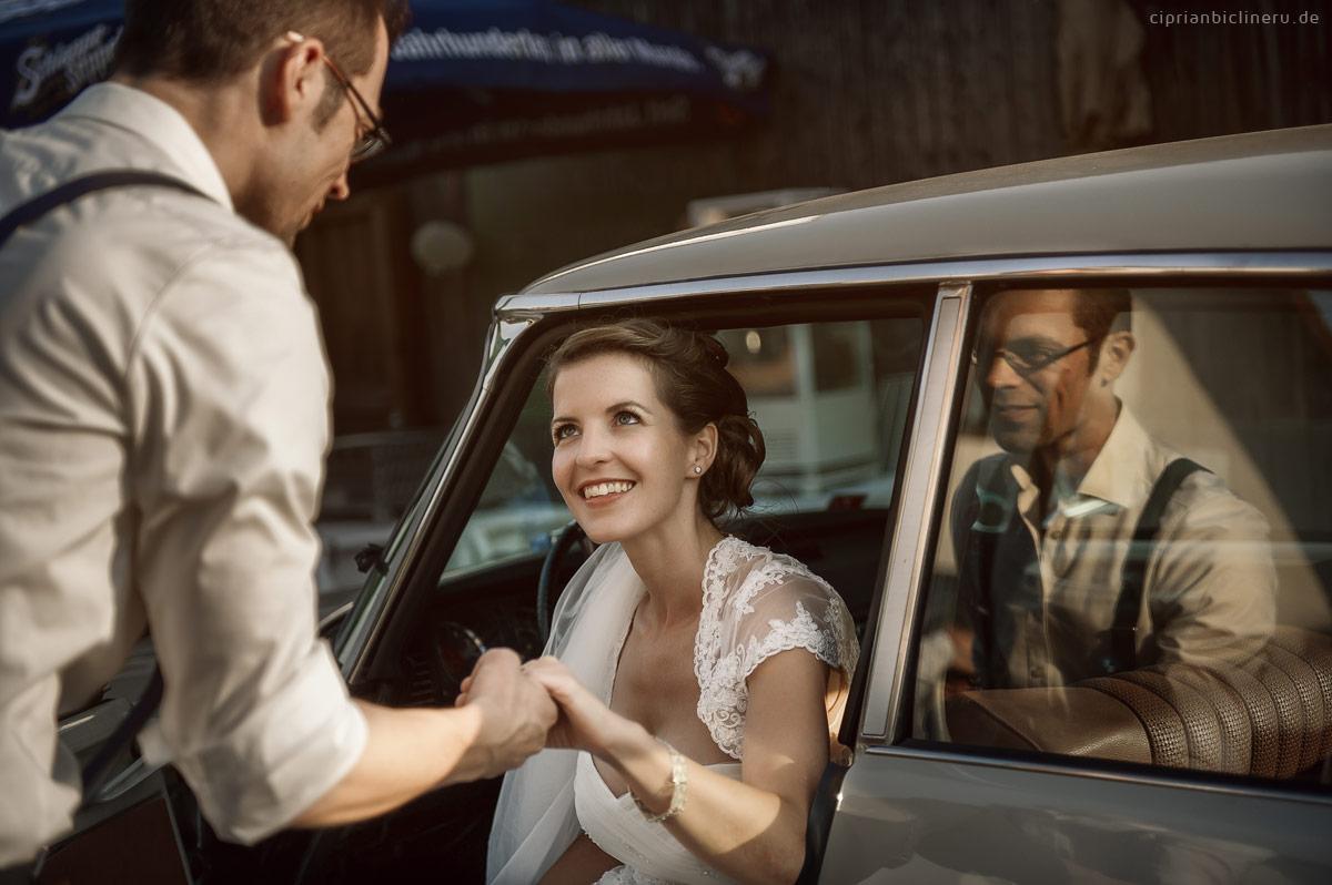 Bräutigam hilft der Braut absteigen vom Auto bei Hochzeit in Miltenberg