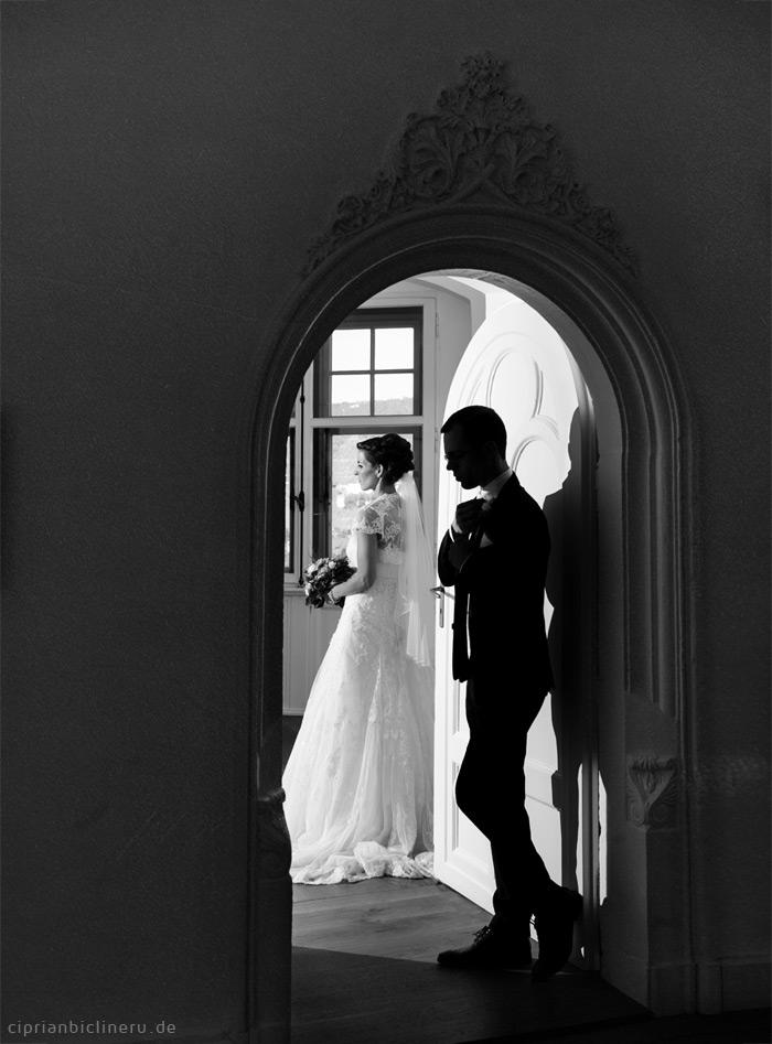 Schwarz Weiss Brautpaarfoto mit Siluetten Schatten und Licht