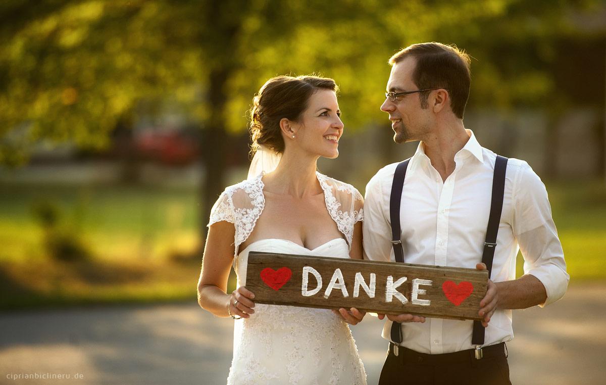 Brautpaar sagen Danke zu Gäste in Sonnenuntergang Licht
