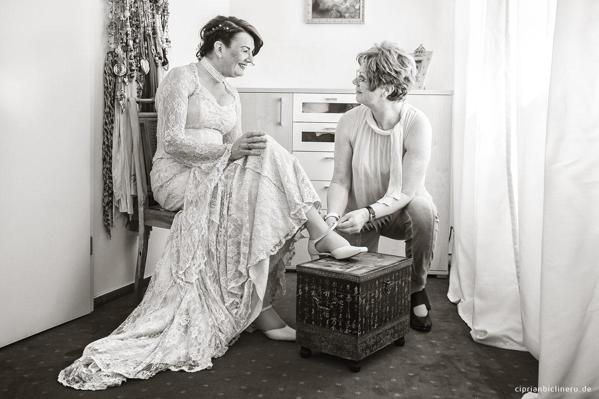Braut mit Schwester Sepia Foto