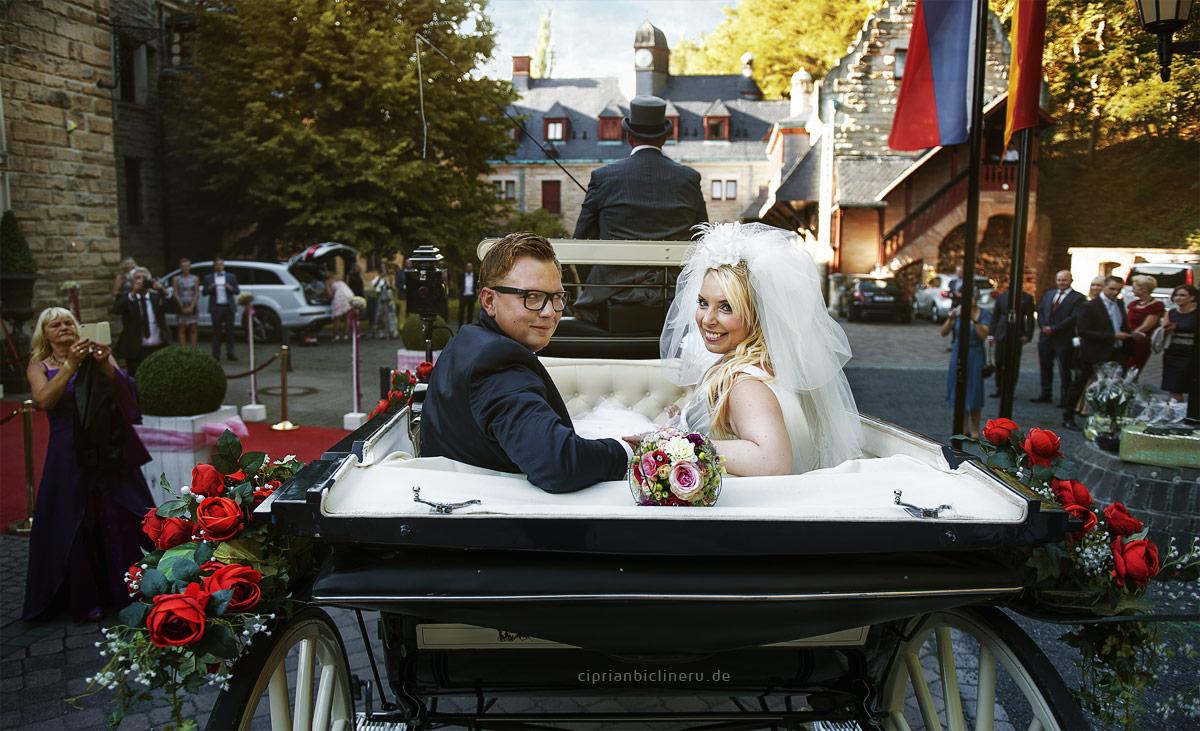 Brautpaar in der kutche neben Schloss Wolfsbrunnen