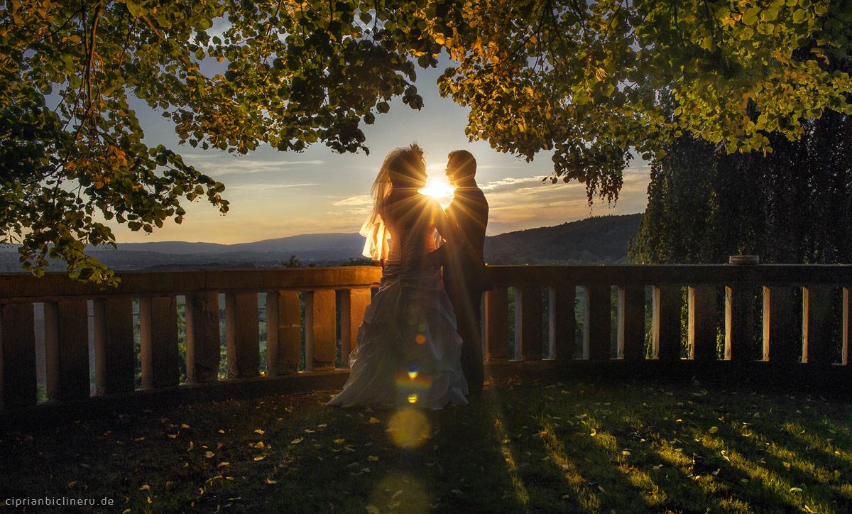 Wolfsbrunnen Schloss Traumhochzeit mit Brautpaar am Sonnenuntergang