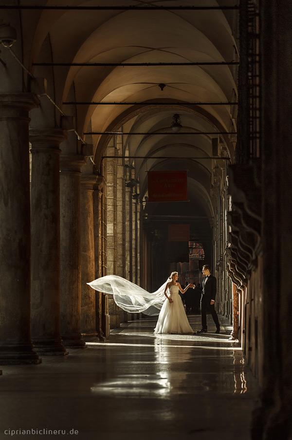 Brautpaar After Wedding Shooting in zauberhafte Licht unten Porticos in Italien