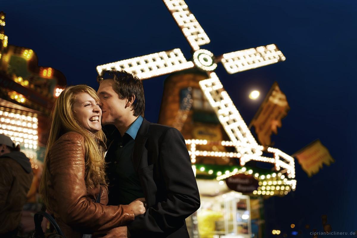 Erfurt Verlobung Fotos in Domplatz beim Oktoberfest am Nacht