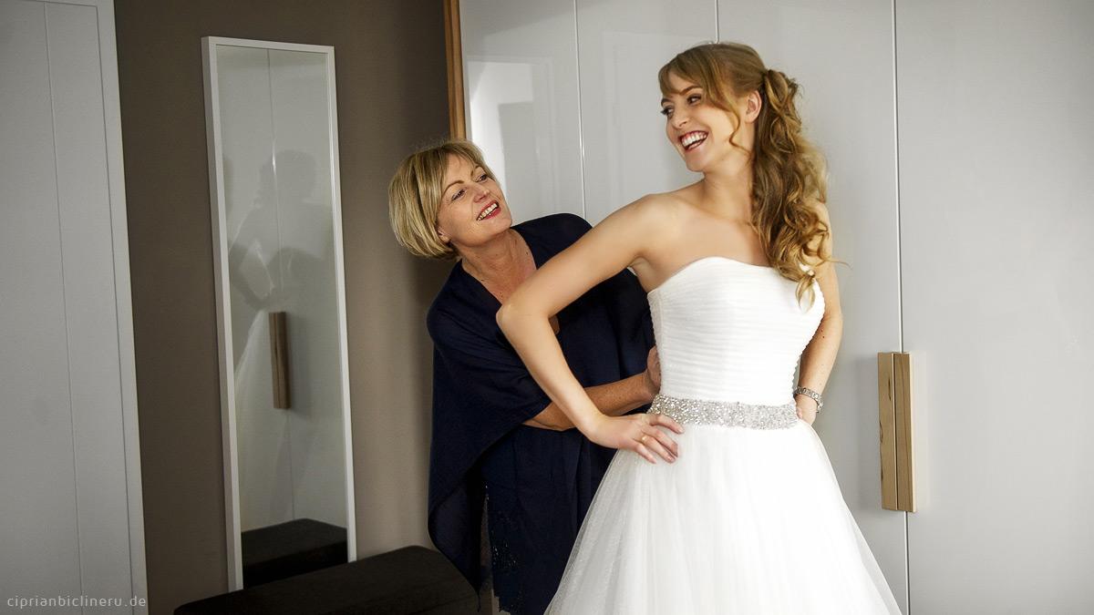 Vorbereiung mit fröhliches Braut und Mutter