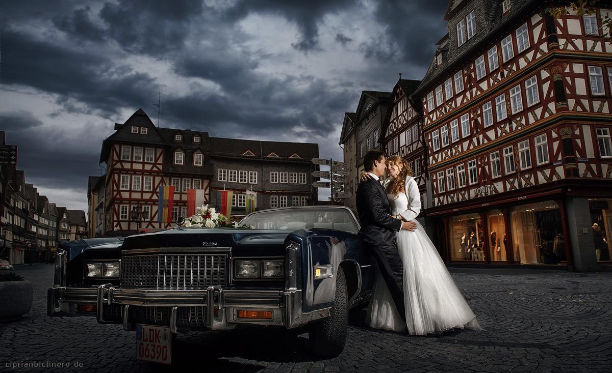 Hochzeit Herborn mit Brautpaarshooting am Abend neben einem Cadillac Eldorado Oldtimer Brautauto