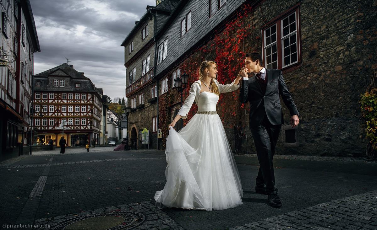 Brautpaarshooting in Herborn neben Rathaus mit wunderschöner Brautpaar