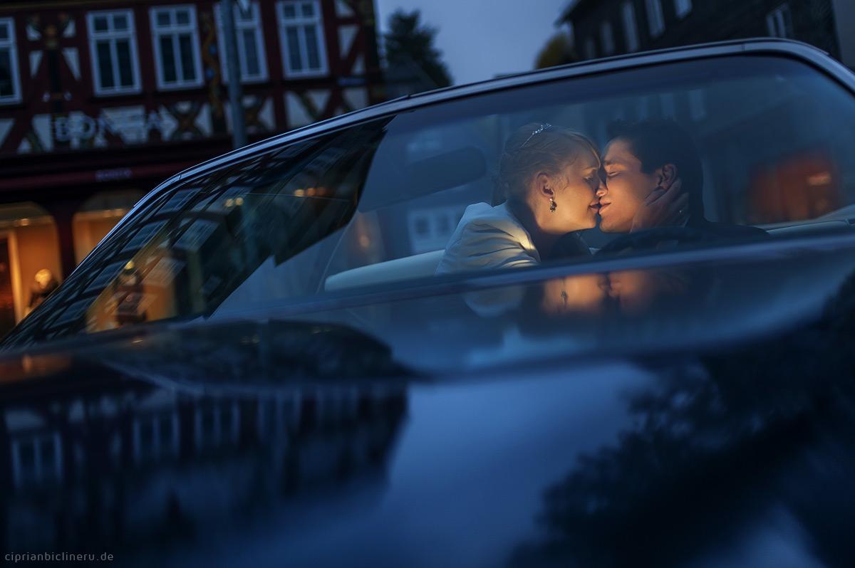 Hochzeit Herborn mit Brautpaarshooting am Abend in einem Cadillac Eldorado Oldtimer Brautauto