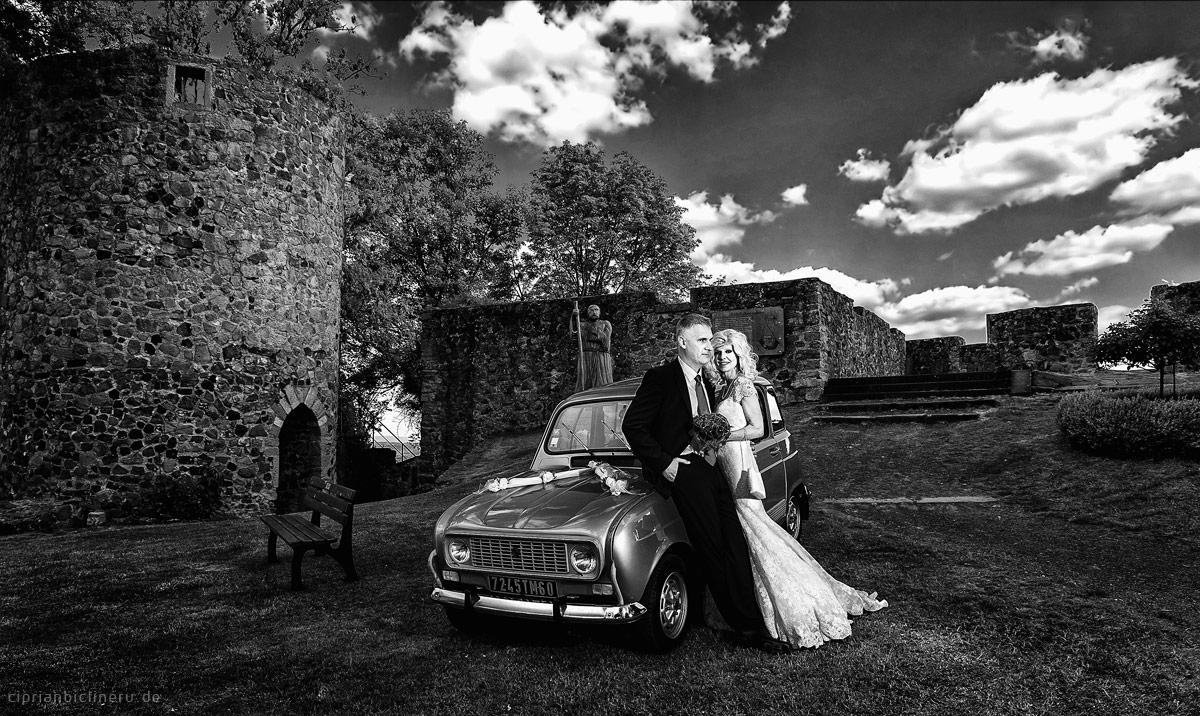 Hochzeit Amoeneburg in einem wunderschönen Renault 19 Oldltimer bei den Schloss