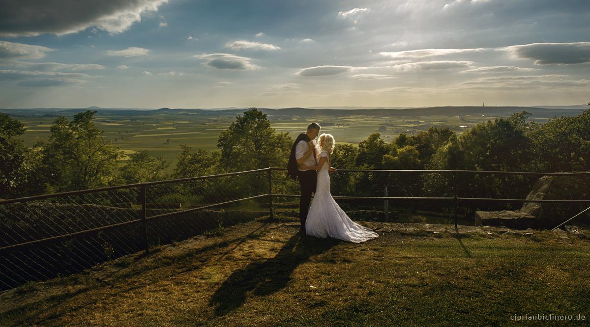 Schloss Amoeneburg Sonnenuntergang mit zauberhafte Brautpaar