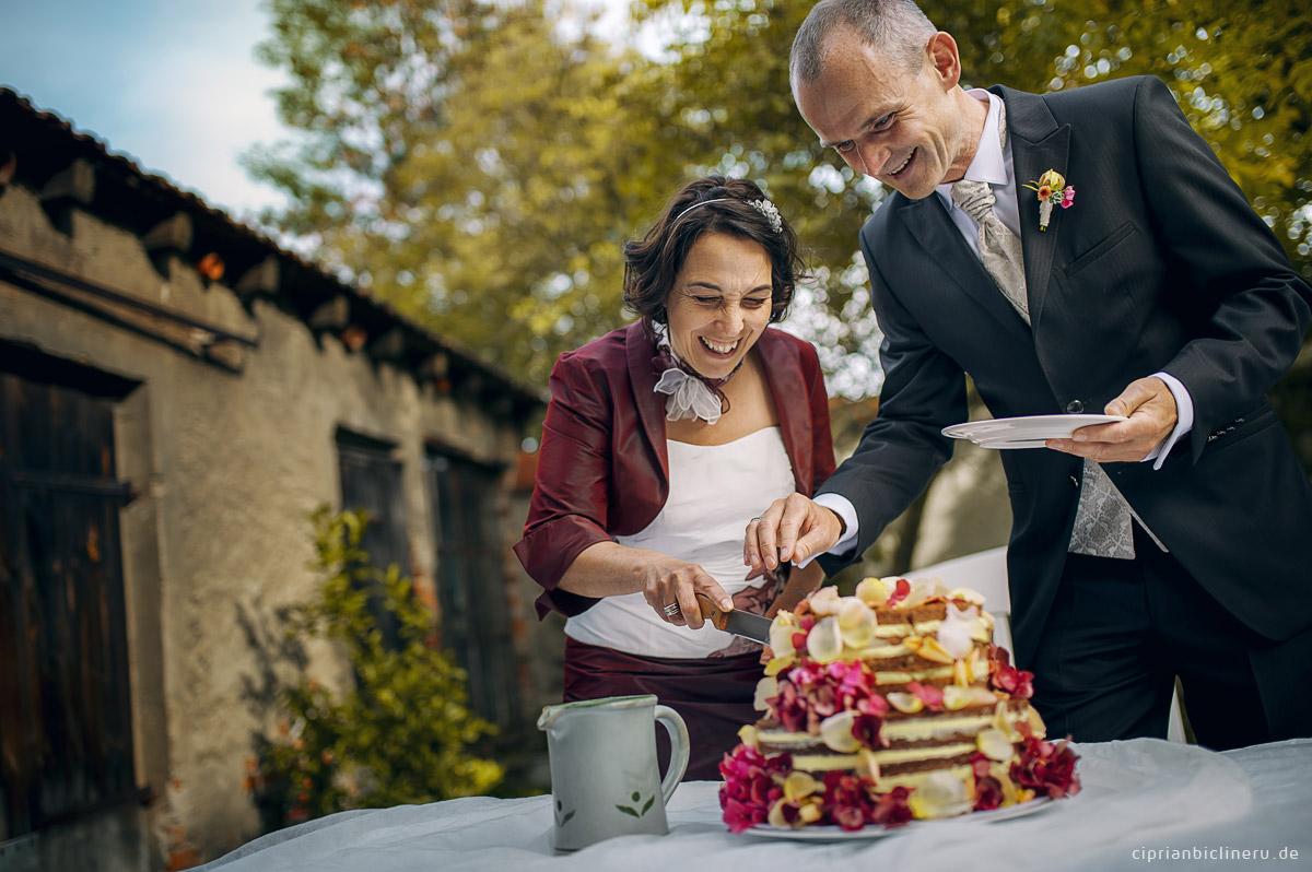Das Brautpaar schneidet die Hochzeitstorte in Dresden bei Julius Kost