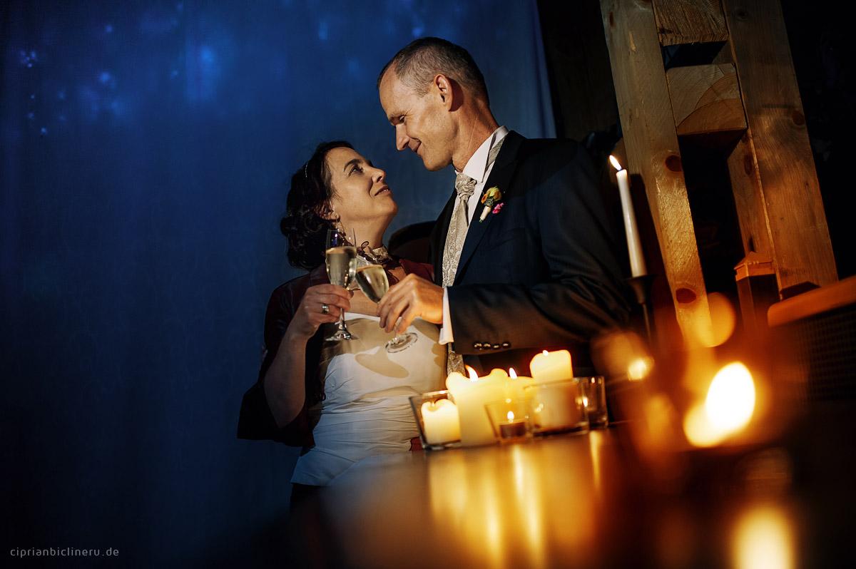 Erstaunliche Hochzeit neben Dresden mit Brautpaarshooting am Nacht mit Kerzen