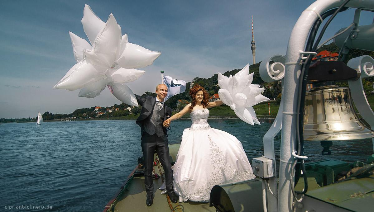Brautpaarshooting mit Luftballons auf einem historischen Raddampfer in Dresden