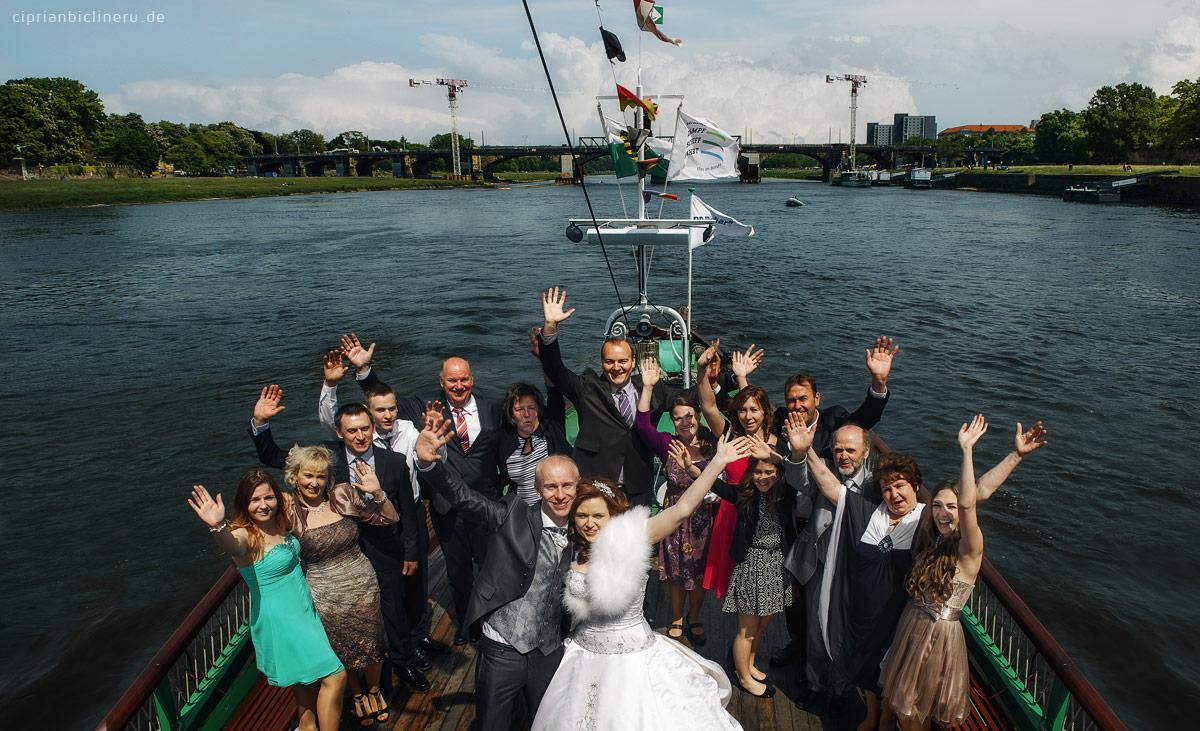 Hochzeit Gruppenfoto  auf einem historischen Raddampfer in Dresden