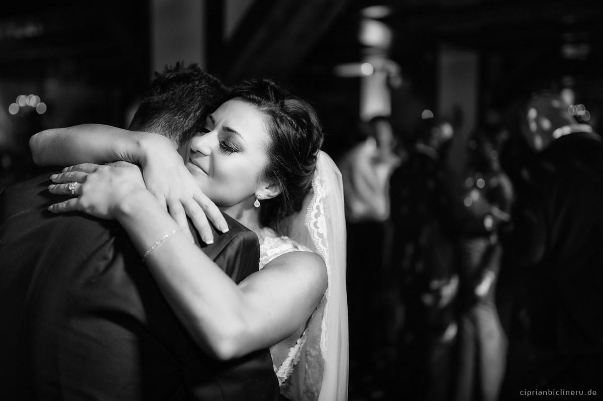 Erstaunliche Luxus-Destination Hochzeit in Europa: Brautpaar ersten Tanz