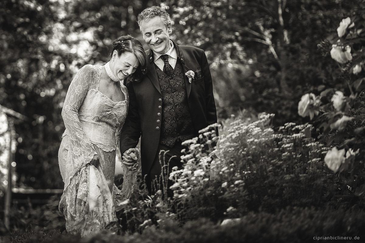 Brautpaarshooting vor der Zeremonie in einem Park
