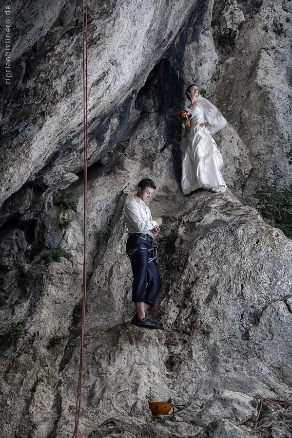 Verrückte trash the dress in den Alpen 03