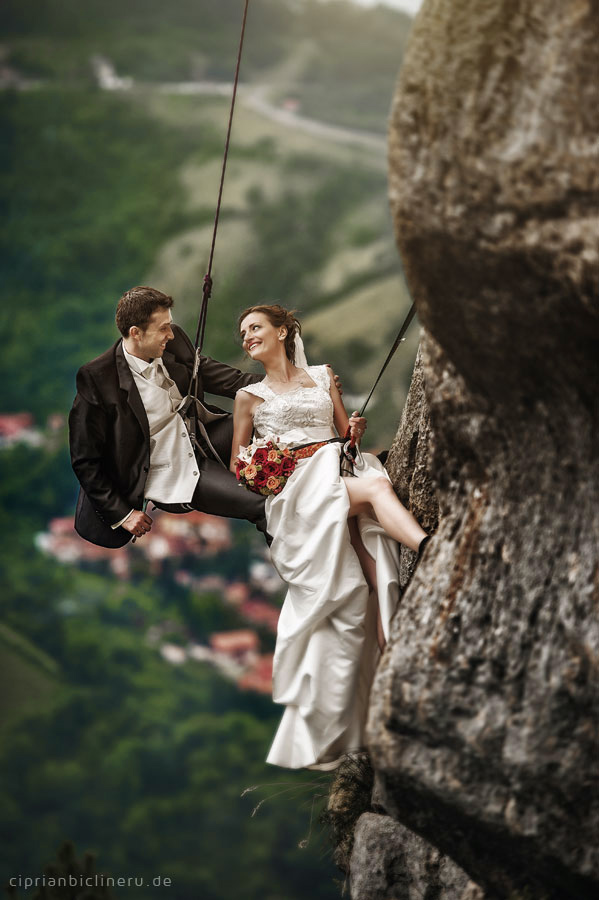 Verrückte trash the dress in den Alpen 06