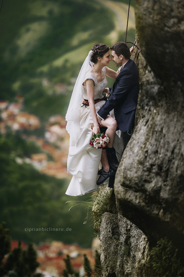 Verrückte trash the dress in den Alpen 07