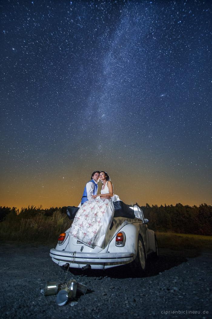 Brautpaarshooting in der Nacht mit Sternen und Milchstrasse