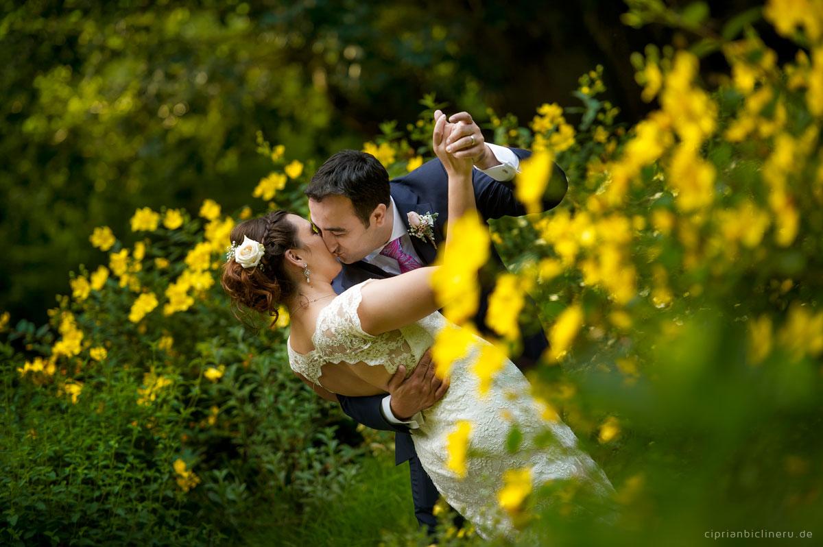 Brautpaar tanzen zwischen Blumen