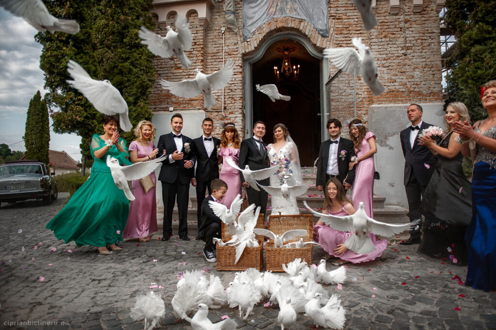 Luxuriöse orthodoxe Hochzeit in einer mittelalterlichen Stadt 00