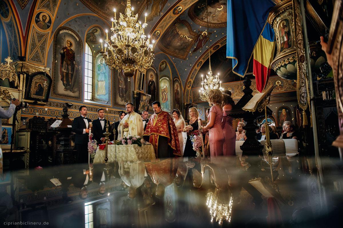 Luxuriöse orthodoxe Hochzeit in einer mittelalterlichen Stadt 08