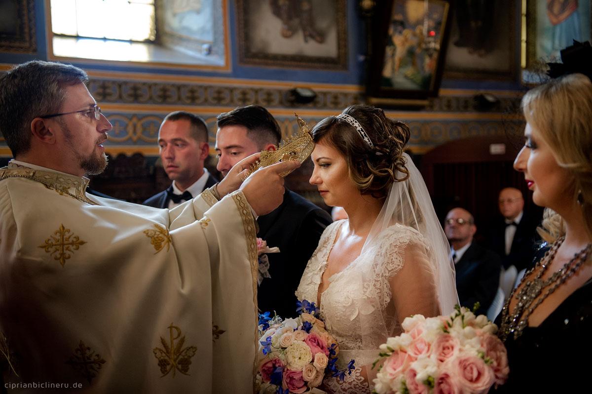Luxuriöse orthodoxe Hochzeit in einer mittelalterlichen Stadt 09