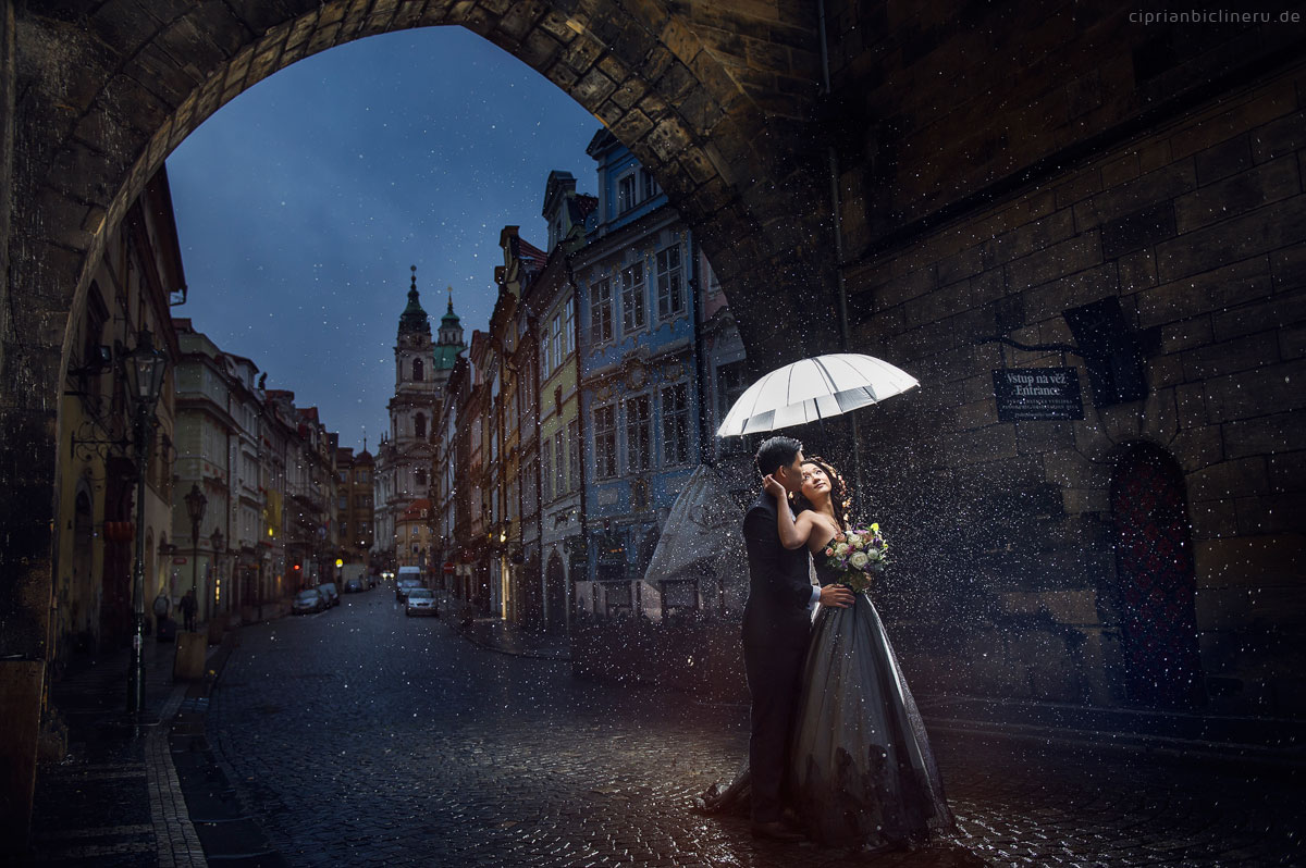Pre wedding in Prague in a rainy November day 01