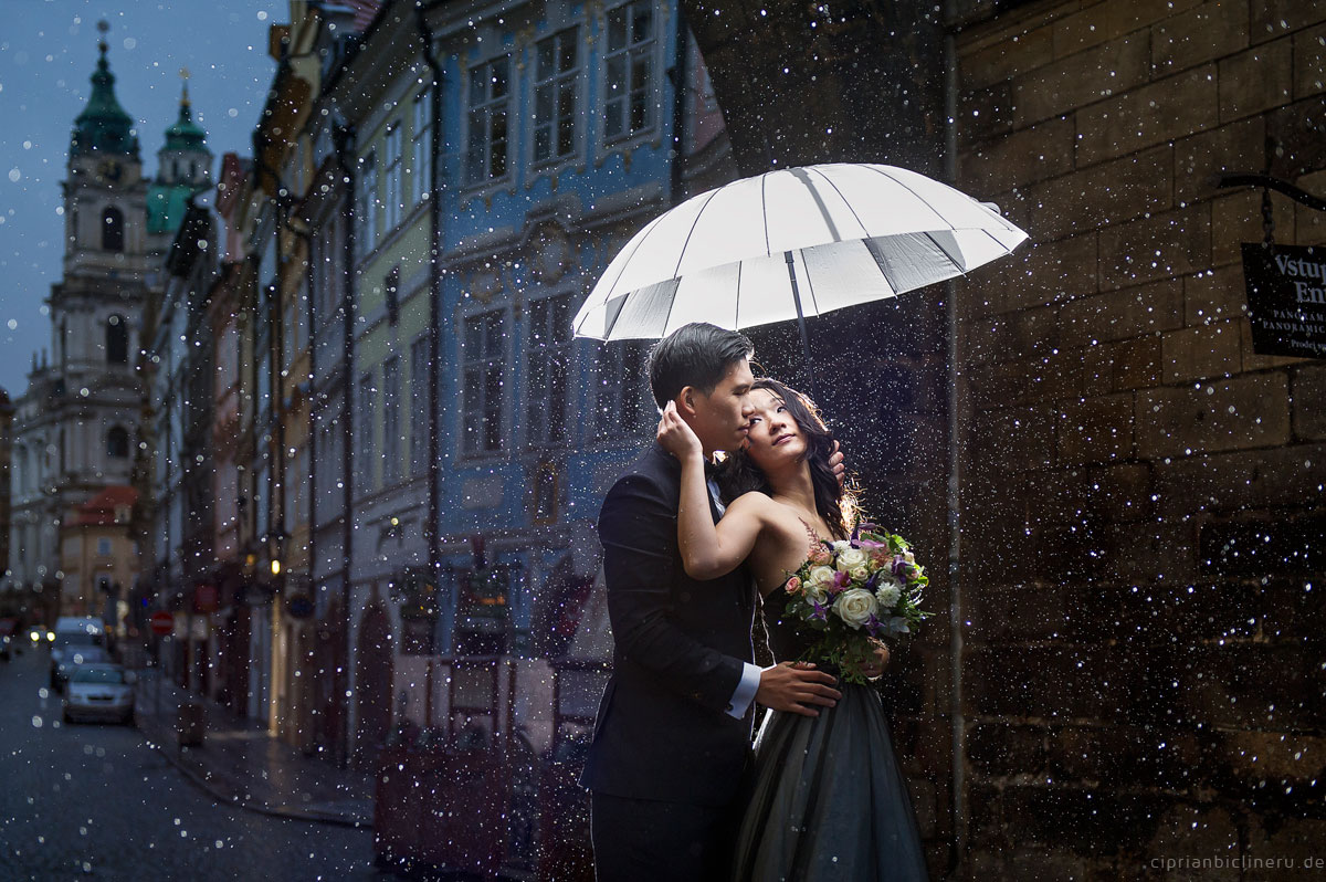 Pre wedding in Prague in a rainy November day 25