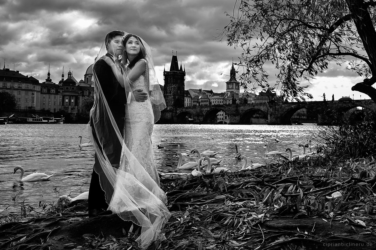 Pre wedding in Prague in a rainy November day 34