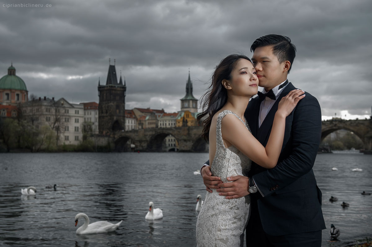 Pre wedding in Prague in a rainy November day 35