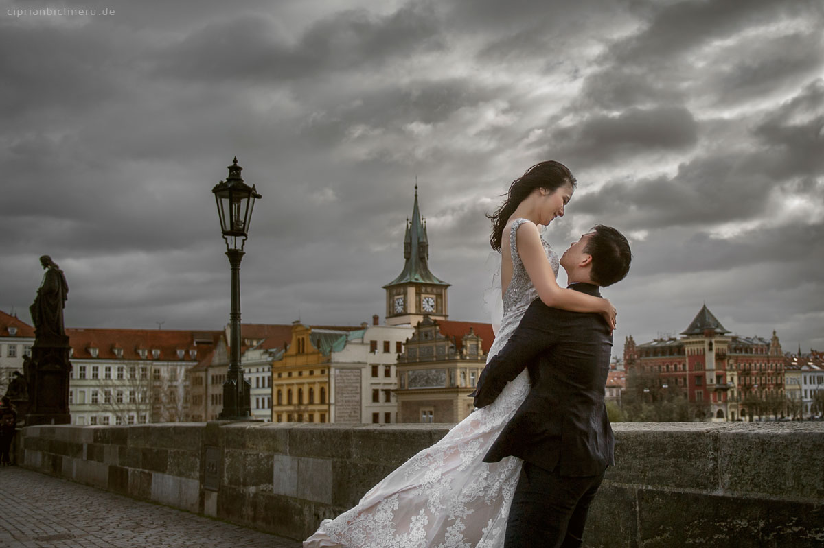 Pre wedding in Prague in a rainy November day 39